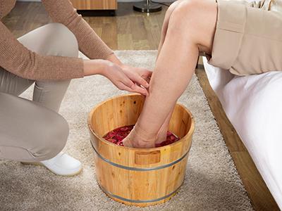 夏季泡脚的好处与禁忌 夏季泡脚的功效与注意事项