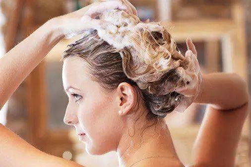 首先人们要根据自己的发质来选择合理的洗头次数