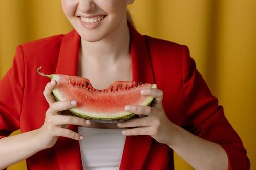 夏季西瓜正当季,适量吃西瓜好处多,但这4类人最好少吃西瓜!