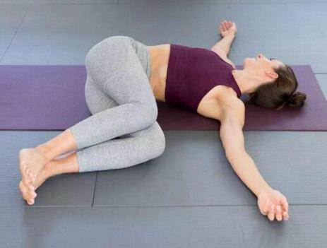 睡前做这几个瑜伽动作 减肥又助眠
